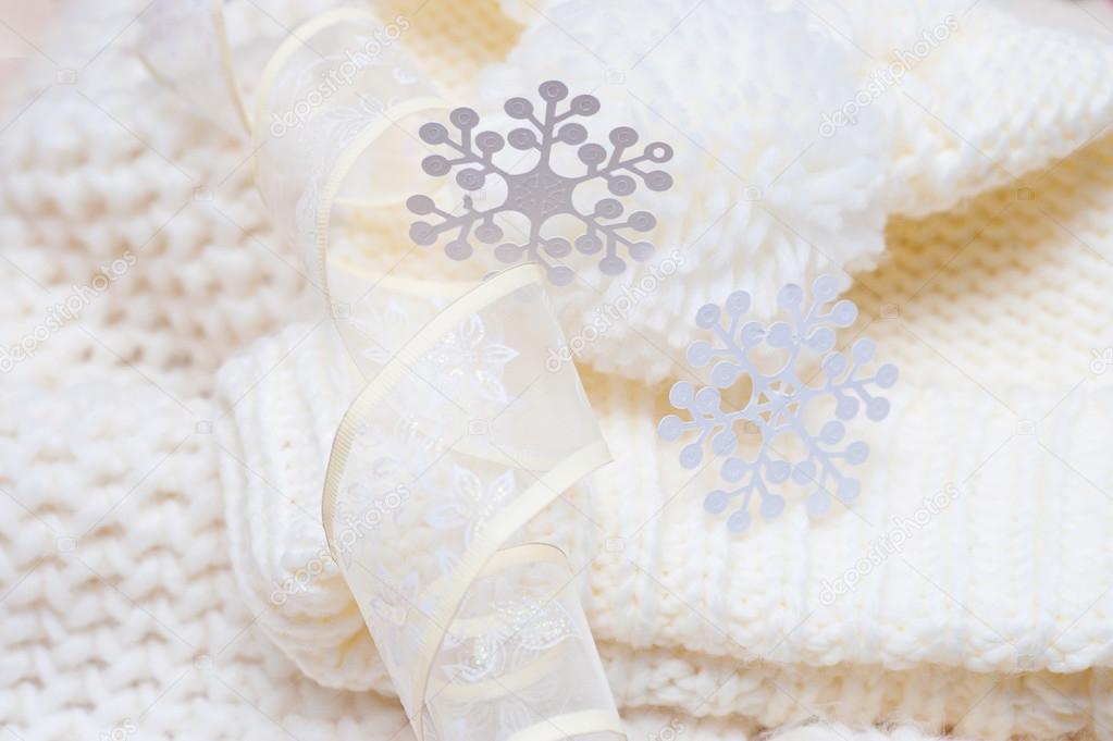 Gorro tejido de lana y bufanda con grandes copos de nieve blancas ...