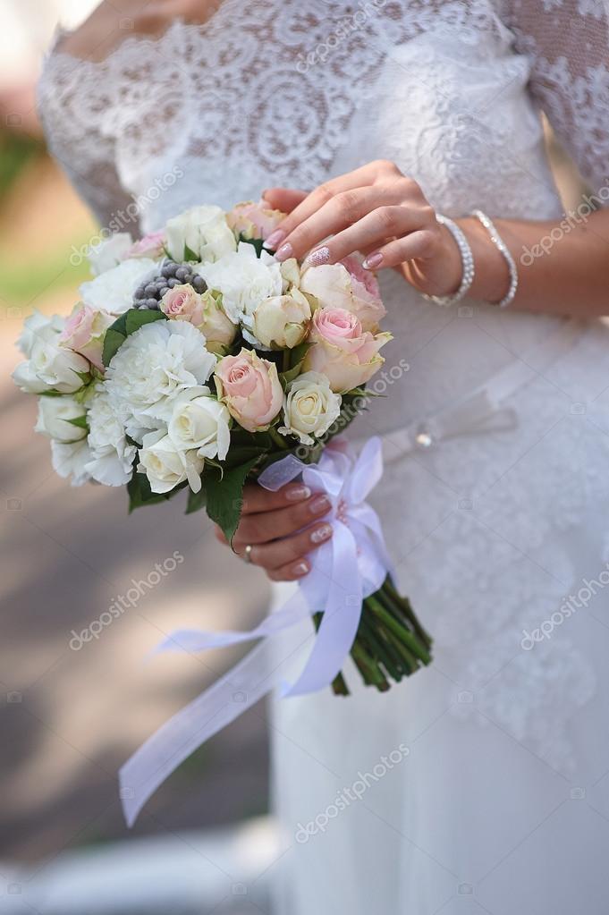 Braut hält weiße Hochzeit Bouquet von Rosen und Blumen der Liebe ...