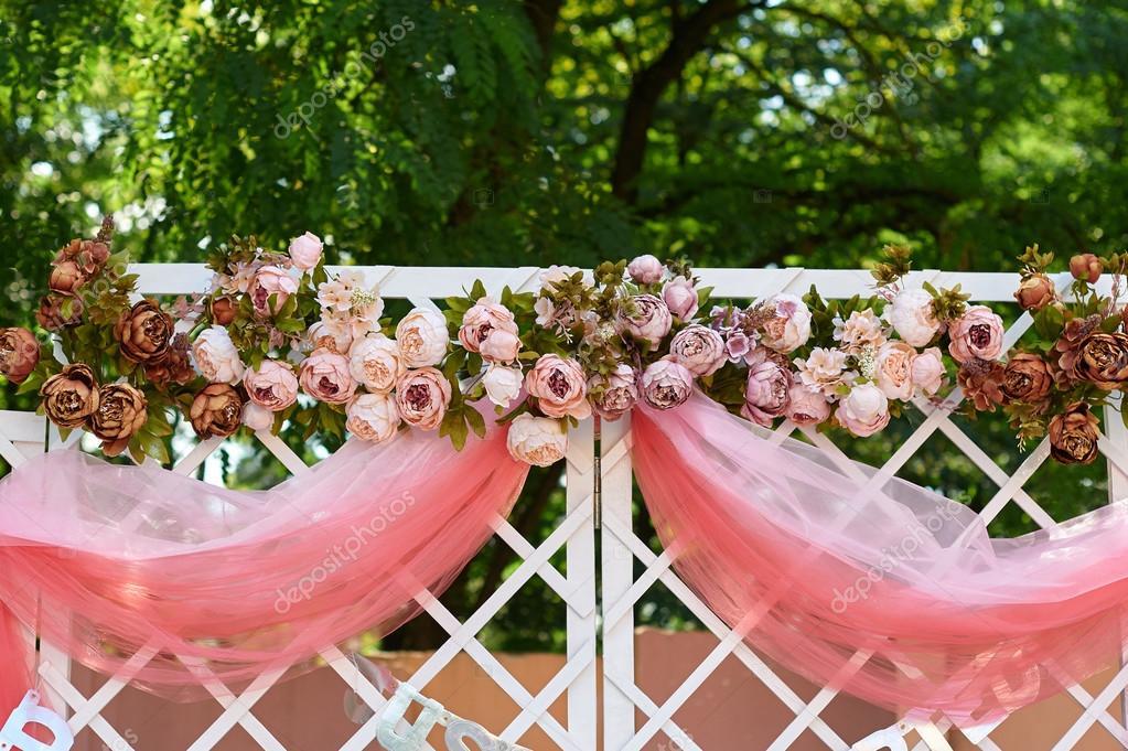 arco de boda decorado con flores en el jardn para la ceremonia