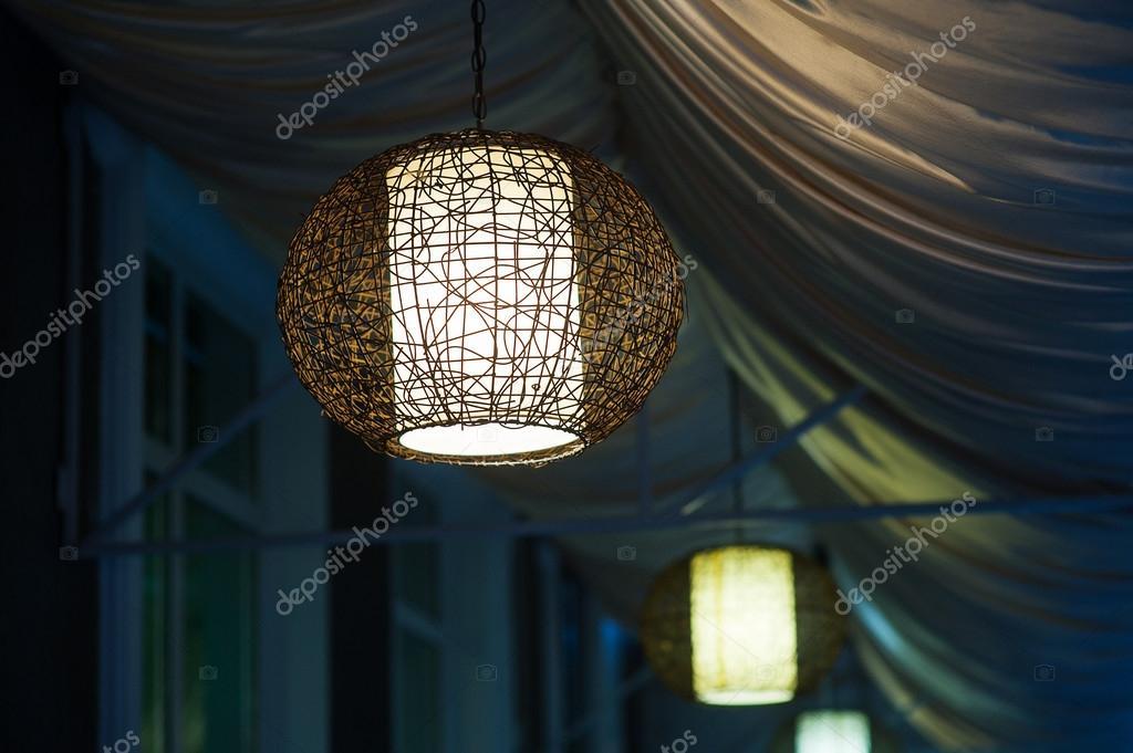 Lampadario Allaperto : Lampadari inclusi nella caffetteria serale allaperto u2014 foto stock
