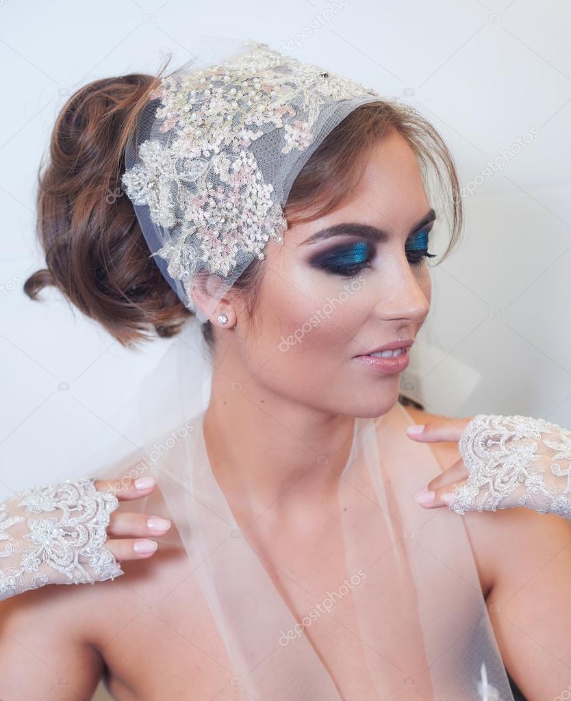 Retrato de estudio de moda de la hermosa joven novia con hacer y en ...