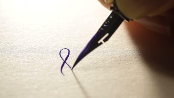 weibliche Hand schreibt einen Stift kalligraphische Zeichen