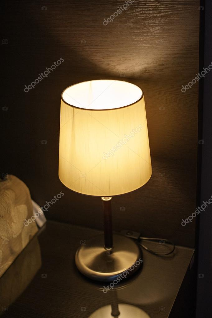 lamp op het nachtkastje in de slaapkamer naast het bed — Stockfoto ...