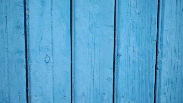 Textur aus alten türkisfarbenen Holzbohlen mit Rissen und Flecken. Abstrakter Hintergrund der hölzernen Tischplatte