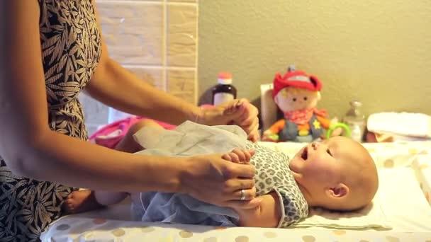 anya a ruha tartja egy kis baba lány kezét