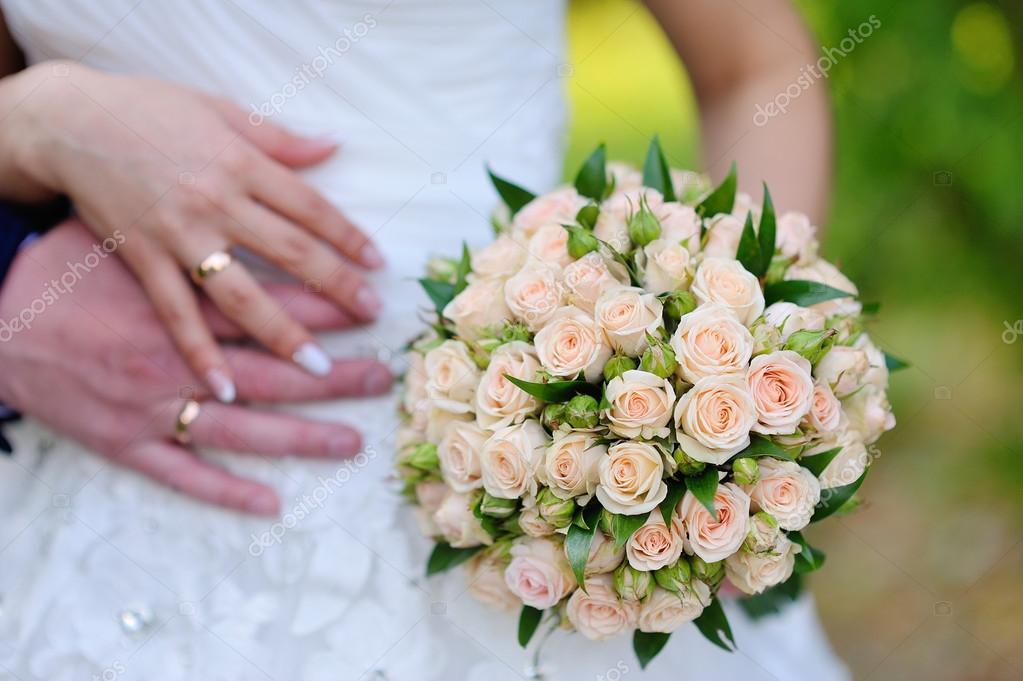 Свадебный букет из розовых и белых роз