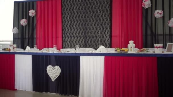 Gyönyörűen díszített tábla menyasszony és a vőlegény étteremben