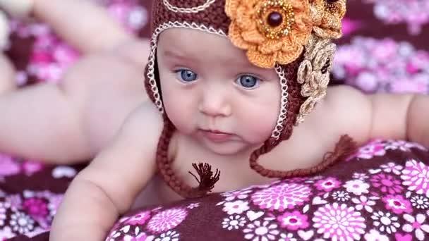 Kis baba lány feküdt a színes takaró