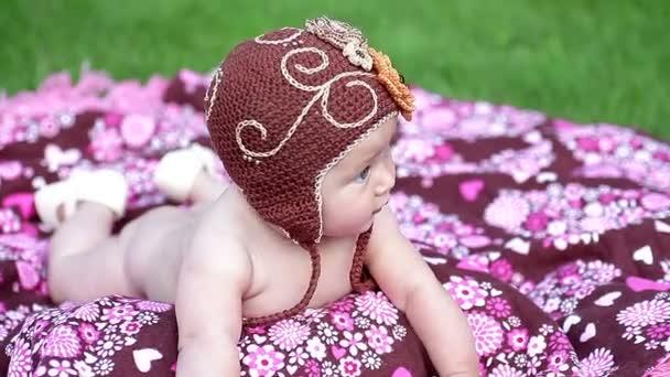 Malá holčička ležela na barevné deky