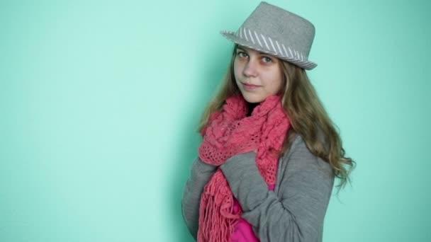 video-devushka-v-rozovoy-shlyape-foto-v-grimerke-u-modeley
