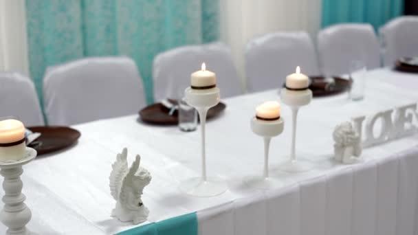 Schöne Kerzen am Tisch