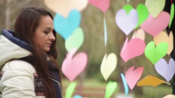 Ember lóg színes szívek Valentin-nap