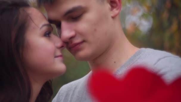 uomo e donna sono in possesso di un cuore