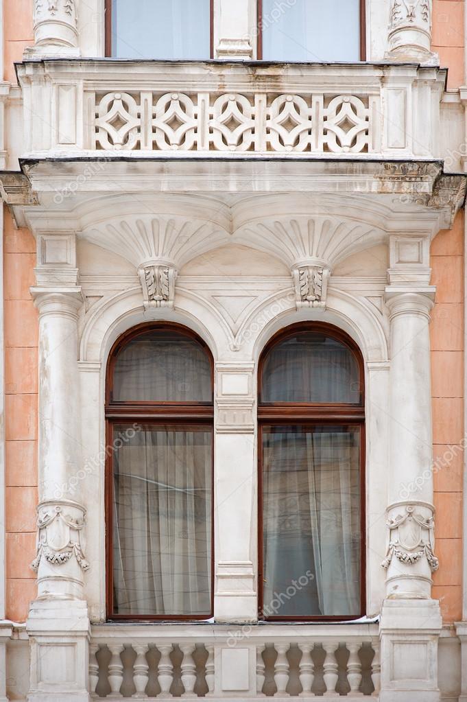 Arquitectura y ventanas de estilo renacentista de la antigüedad ...
