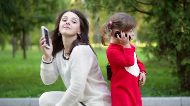 matka a dítě mluví po telefonu