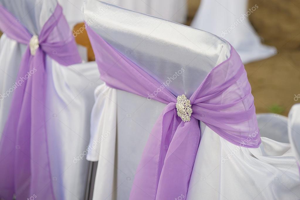decoración de sillas para invitados a una boda en el jardín — Fotos ...