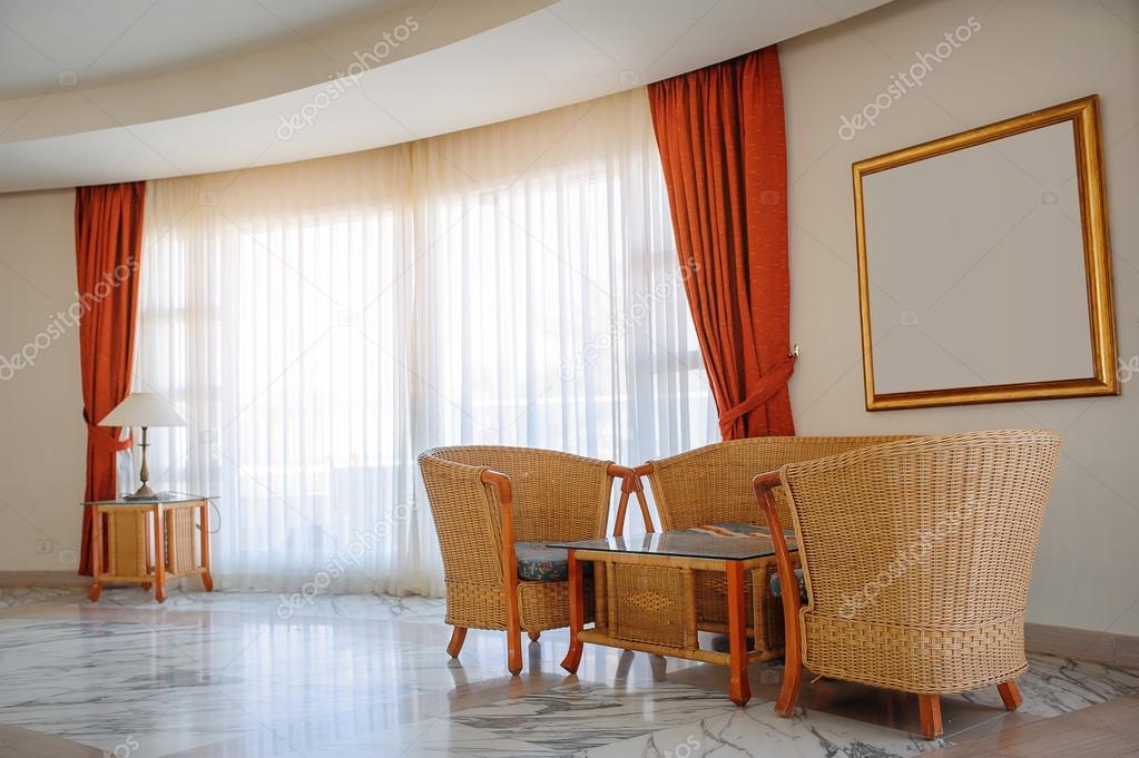 https://st2.depositphotos.com/1583598/6562/i/950/depositphotos_65628345-stockafbeelding-rieten-meubels-venster-met-rode.jpg