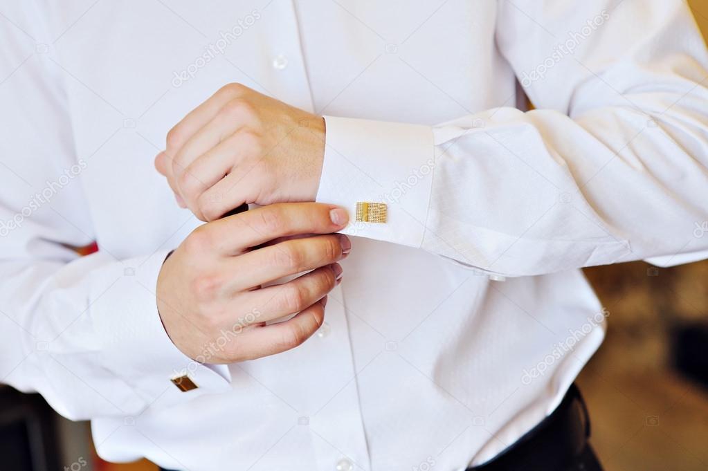 946fab8908a7 Ο άνθρωπος σε ένα άσπρο πουκάμισο φόρεμα μανικετόκουμπα — Φωτογραφία Αρχείου