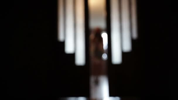 Rozmazané silueta dívky v pokoji ve dveřích