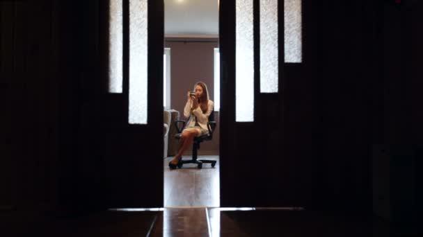 Make Up Stoel : Vrouw zittend op een stoel in de kamer en doen make up
