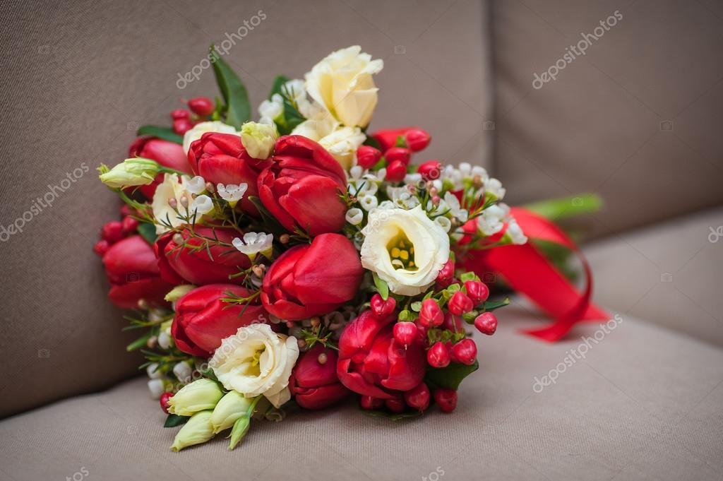 Schone Hochzeitsstrauss Rote Tulpen Auf Dem Sofa Liegend Stockfoto