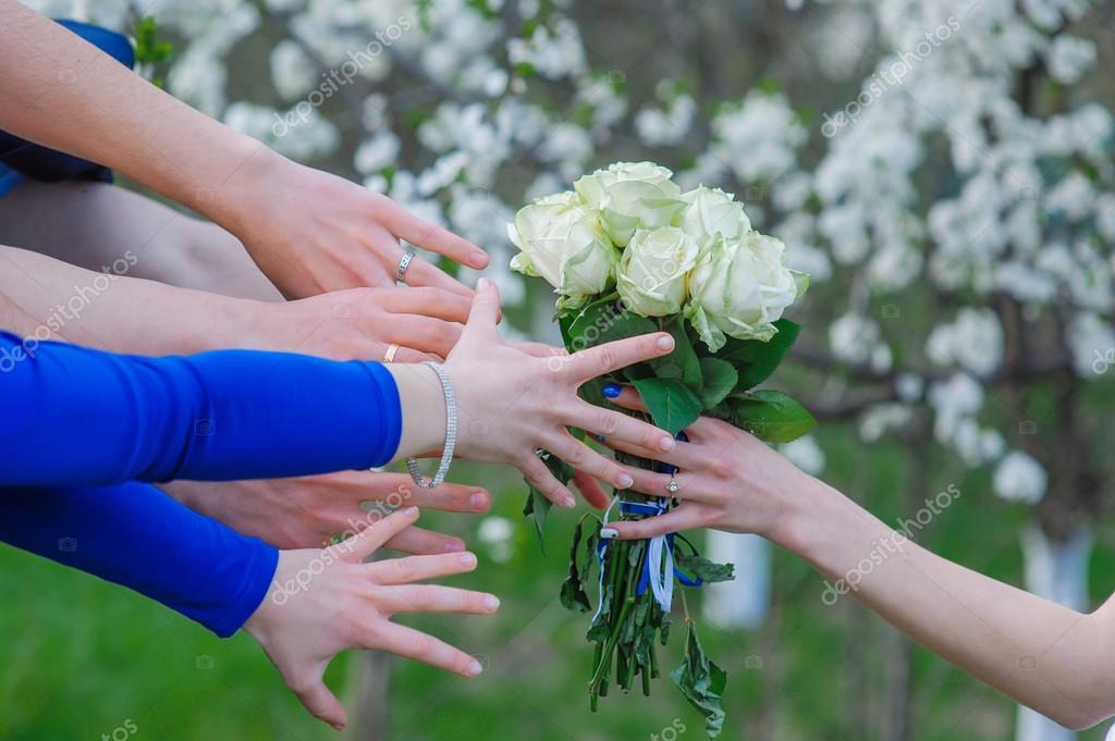 Braut Halt Einen Hochzeitsstrauss Und Viele Hande Greifen Nach Ihm