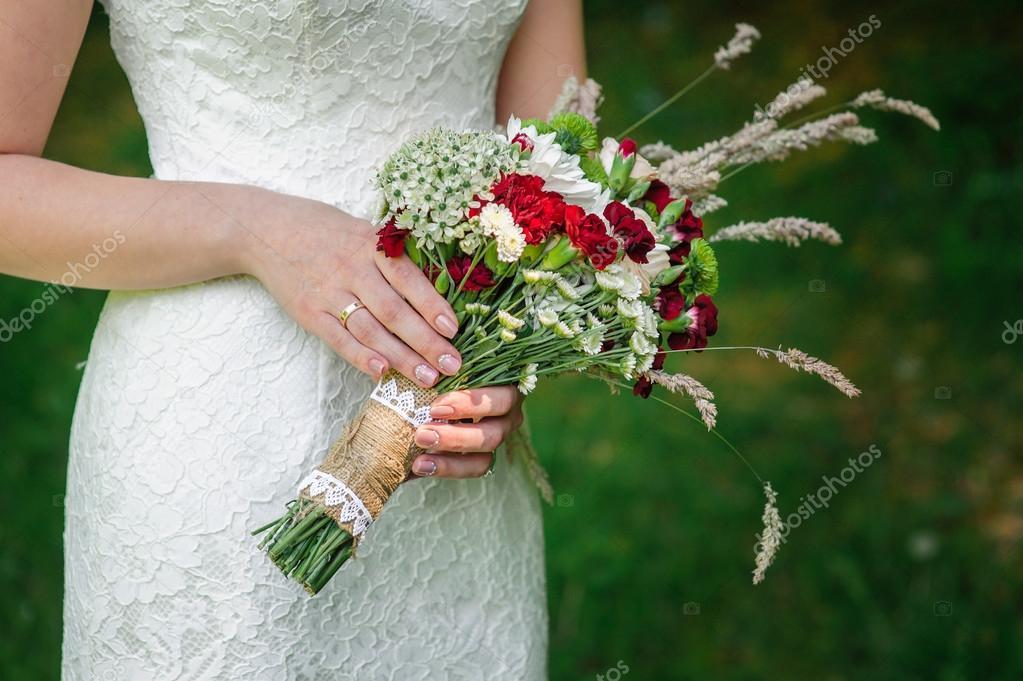 Braut Die Schone Hochzeitsstrauss Auf Natur Halt Stockfoto