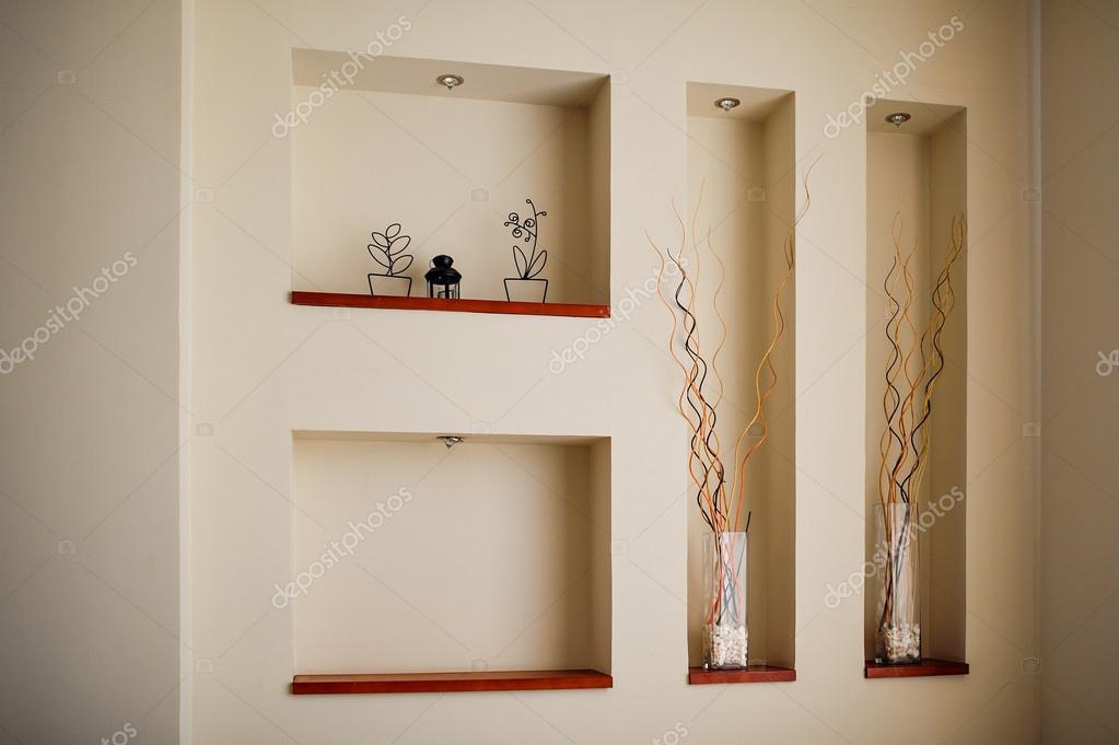wand in einem raum mit aussparungen f r die dekoration stockfoto timonko 74812971. Black Bedroom Furniture Sets. Home Design Ideas