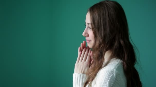 schöne junge Frau faltete ihre Hände im Gebet