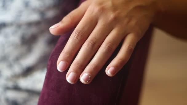 Nevěstiny ruky s manikúrou
