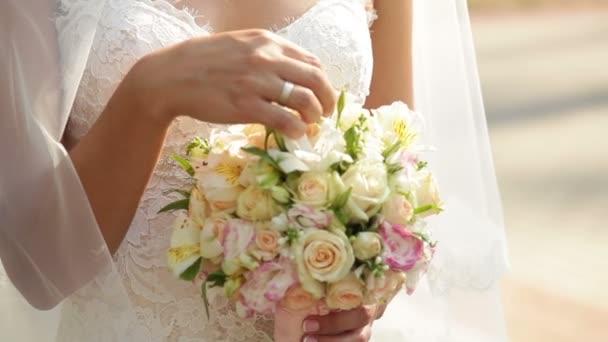 šťastná nevěsta s svatební kyticí