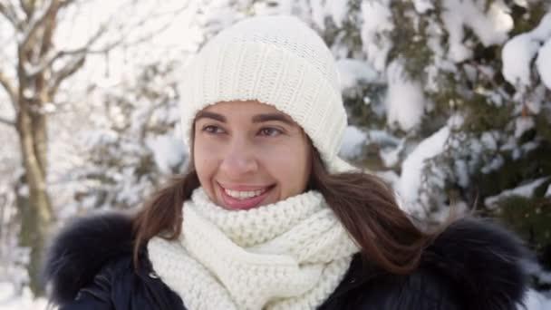 krásná žena v pletené čepici je chůze v zimní zahradě