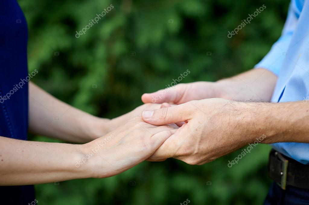 Primer Plano Sosteniendo Manos Casado