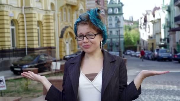 žena v brýlích je překvapený obličej