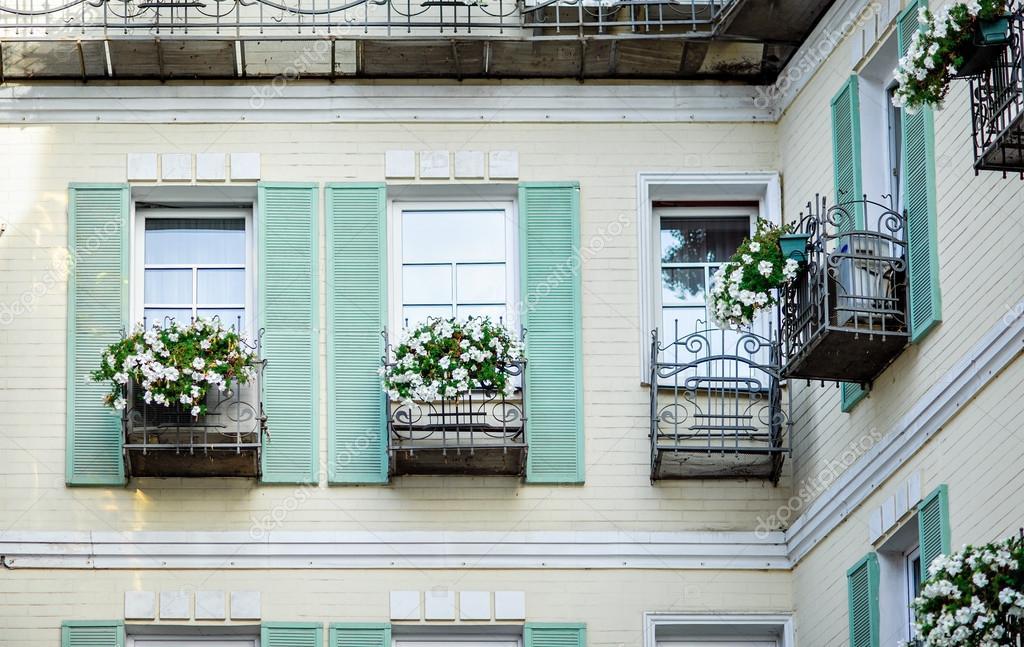 Typische gevel van de oude provençaalse retro huis met windows en