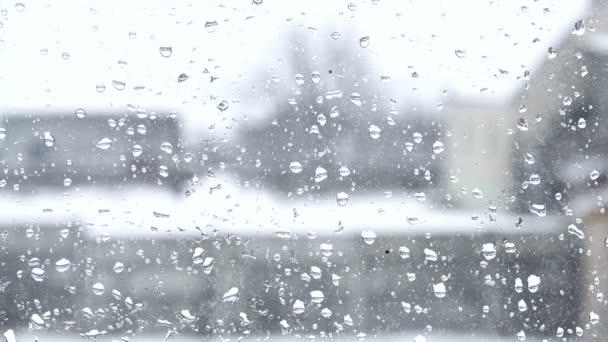 rozmazané pohled z okna s kapkami deště