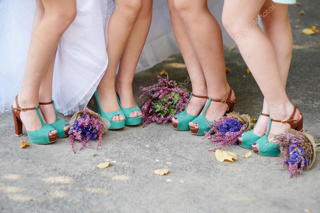 dc9be0f5b976 Belle scarpe turchese della sposa e damigelle d onore e bouquet da sposa–  immagine stock