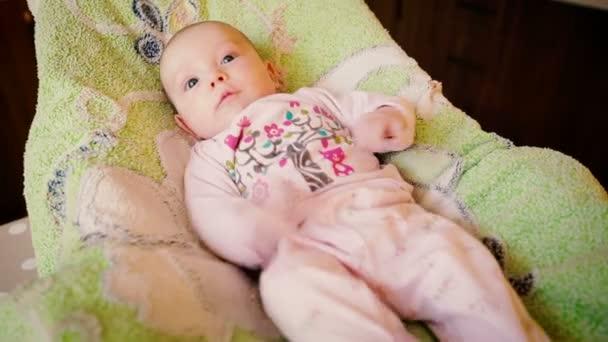 Roztomilý novorozené dítě v posteli