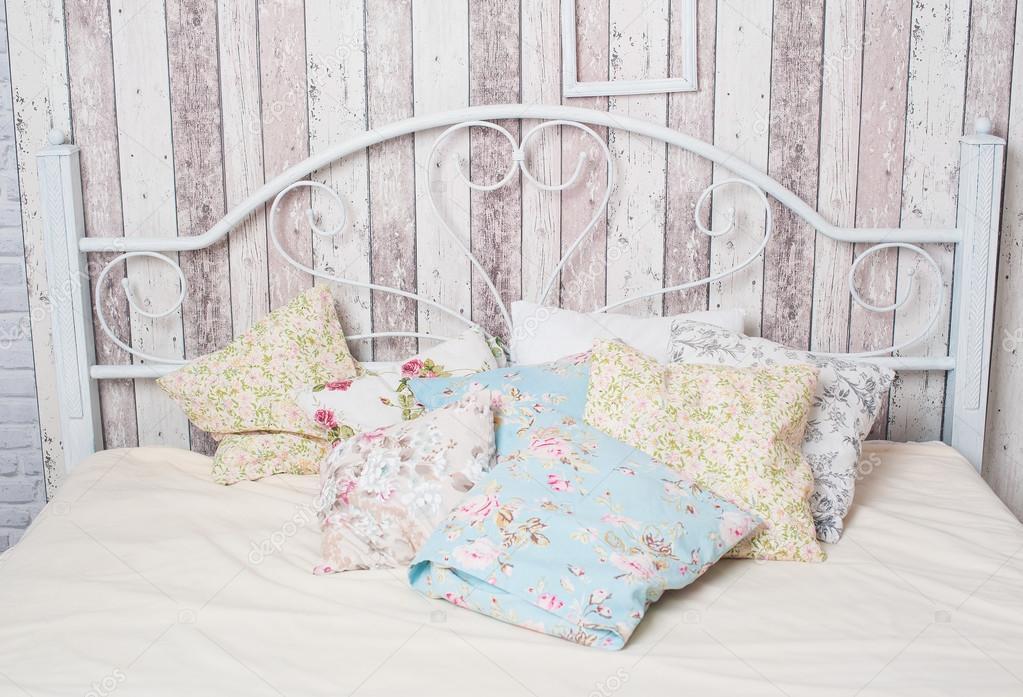 Camere Da Letto Matrimoniali Vintage : Bianco vintage letto matrimoniale nella camera da letto u2014 foto stock