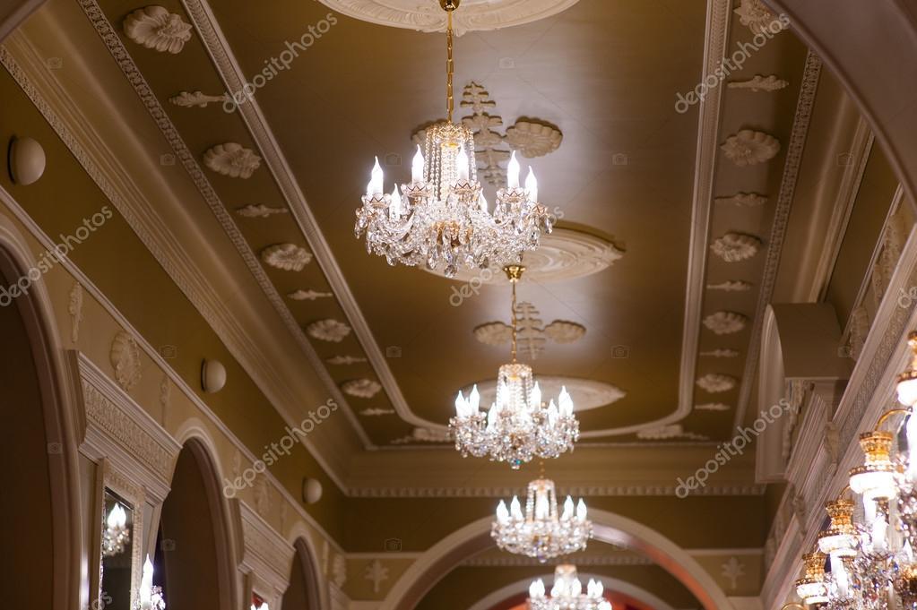 Kronleuchter Für Saal ~ Schöne leuchtende kronleuchter im saal des palastes