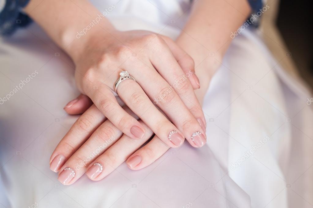 Mano de la novia con manicura en vestido de novia — Foto de stock ...