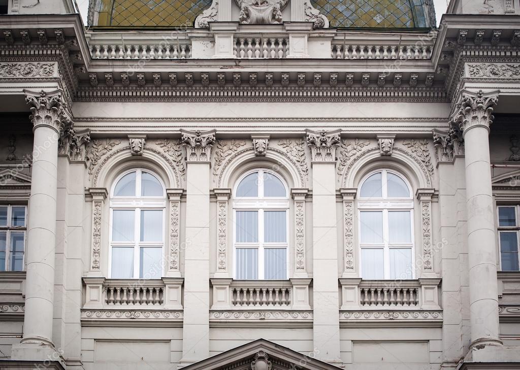 Architecturale decoratie van de voorgevel van het oude huis