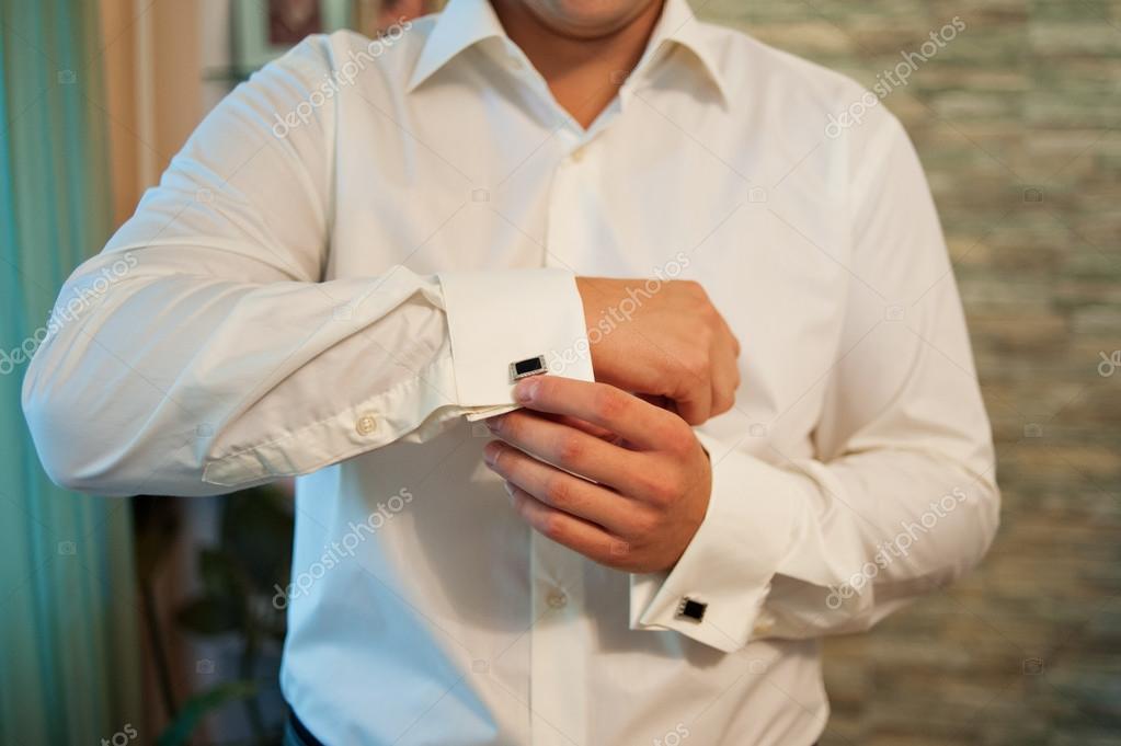 07556a3c0e48 Ο άνθρωπος φοράει μανικετόκουμπα στο πουκάμισο πολυτέλεια λευκή κοντομάνικο  γαλλικές μανσέτες — Φωτογραφία Αρχείου