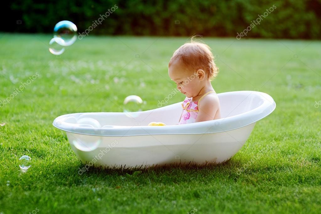 Hübsche Mädchen Spielen Mit Wasser In Kleinen Kunststoff Bad