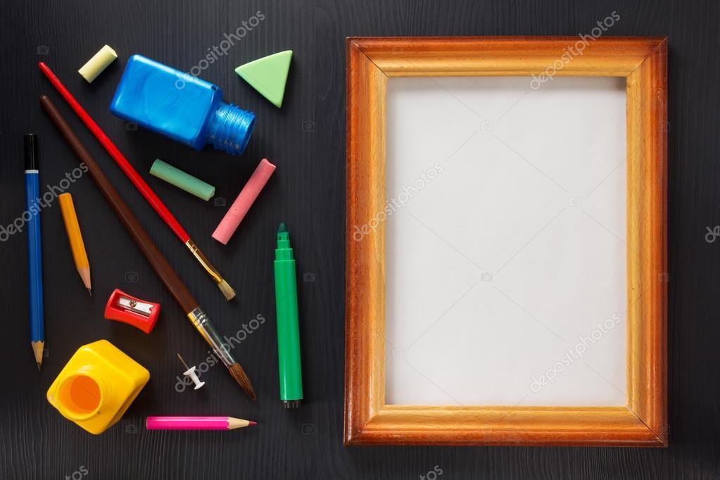 pintar fuentes y marco en madera negra — Foto de stock © seregam ...