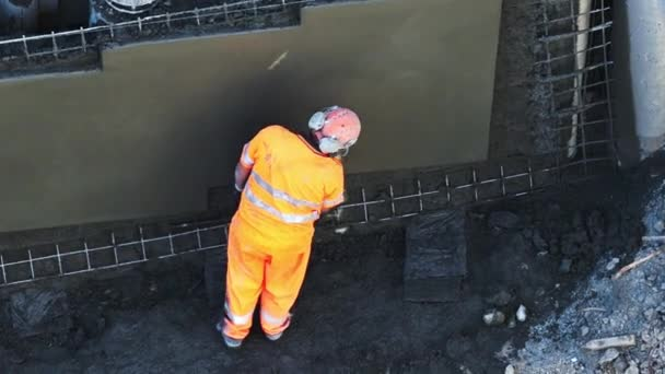 Auckland - 19. März 2016: Beton Gips Mann Glättung Betonwand. Putz ist eines der ältesten Handwerke, die im Zusammenhang mit Baumaßnahmen beschäftigt.