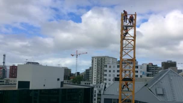 Auckland - Apr 12 2016:Time zánik staviteli sestavit věžový jeřáb. Šedesát procent stavebních dělníků, kteří zemřeli v práci byli zabiti padající ze střech, lešení nebo jiných vysokých místech