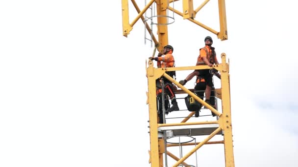 Auckland - Apr 12 2016:Builders sestavit stavební věžový jeřáb. Šedesát procent stavebních dělníků, kteří zemřeli v práci byli zabiti padající ze střech, lešení nebo jiných vysokých místech