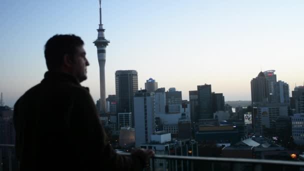 Rodinné probudit se ráno a vypadá na panorama města Auckland