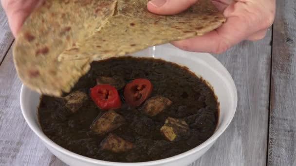 Gujarati Fladenbrot taucht Methi Thepla in Punjabi Palak Paneer
